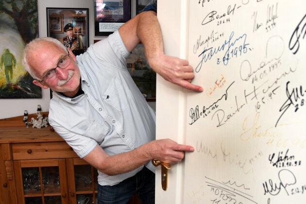 Tasillo Römisch zeigt seine Tür mit den Raumfahrer-Unterschriften.