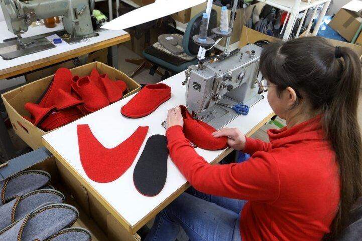 Annett Schubert ist Näherin in der Schuhwerkstatt - und die einzige Angestellte.