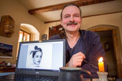 Olaf Stelmecke mit einem Foto der Tänzerin Hannah Juliane Steenbeck. Beide planen ein Musik-Tanz-Video.