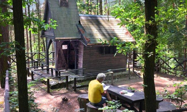 Gar nicht so leicht zu finden: die Einsiedelei im Landschaftspark am Zschopauufer. Vor allem mit Kindern lohnt es sich, auf diese Entdeckungstour zu gehen. Vor der Hütte lädt eine kleine rustikale Sitzgruppe zum Verweilen ein.