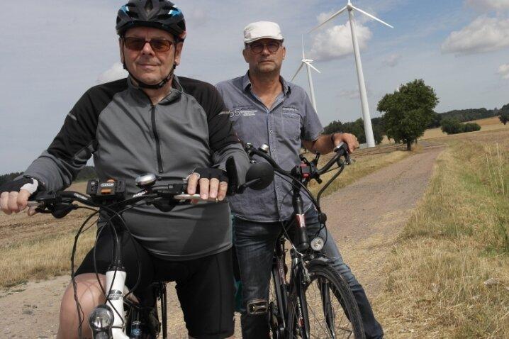 Gerhard Landmann (l.) und Uwe Krümmer ärgern sich über den schleppenden Fortgang beim Bau des Radweges von Waldheim nach Rochlitz.