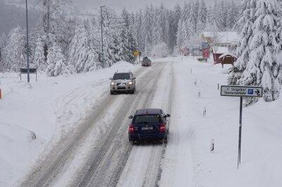 Ergiebiger Schneefall sorgt für glatte Straßen