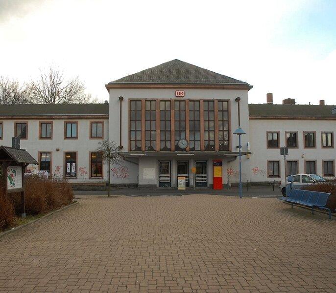 """<p class=""""artikelinhalt"""">Der Bahnhof Flöha gehört zu den 490 Empfangsgebäuden, die ein britisch-deutsches Konsortium von der Bahn gekauft hat.</p>"""