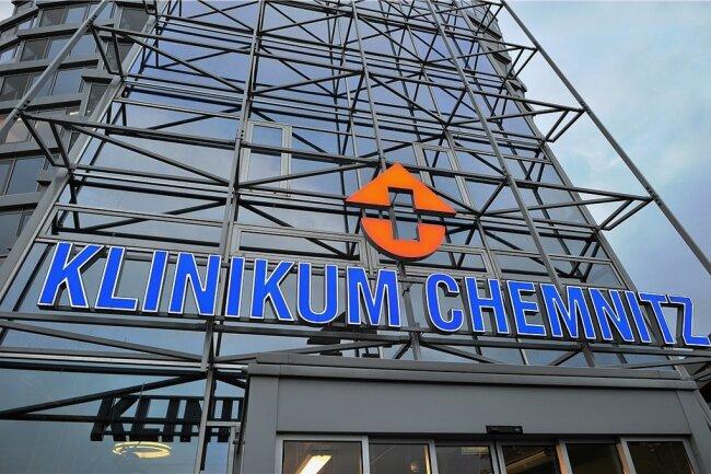Auch wenn die Infektionszahlen nachlassen, steht die Intensivstation im Klinkum Chemnitz nach wie vor unter hohem Druck.