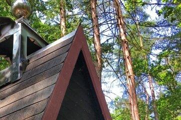 Glockentürmchen und Kreuz zieren den Nachfolgebau der Einsiedelei.