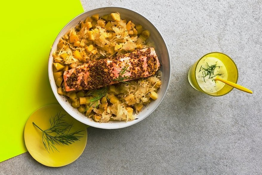 Darüber freut sich der Darm: Senf-Lachs auf Sauerkraut.