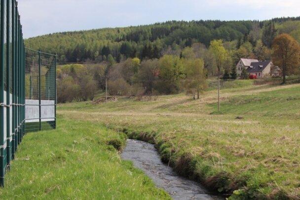 """Der Platz in Hammerunterwiesenthal: Als es noch keinen Zaun gab, musste bei ins Aus geschossenen Bällen """"Repu-blikflucht"""" begangen werden."""