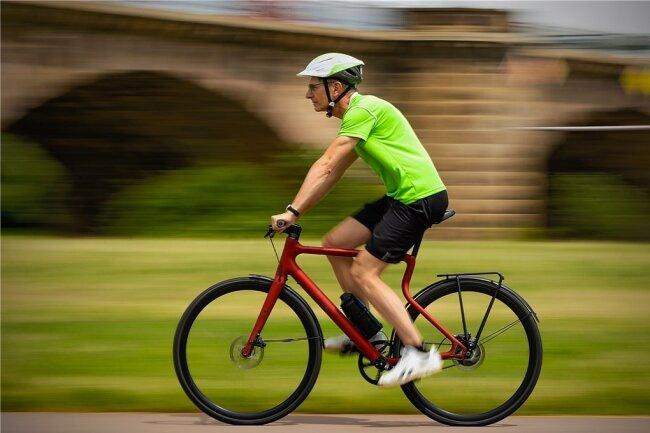 """Preisgekrönter Platzhirsch: Für ihr ungewöhnliches E-Bike erhielt die Magdeburger Firma Urwahn einen Red Dot Product Design Award. """"Freie Presse""""-Redakteur Steffen Klameth hat das Rad, dessen Rahmen aus dem 3-D-Drucker stammt, jetzt getestet."""