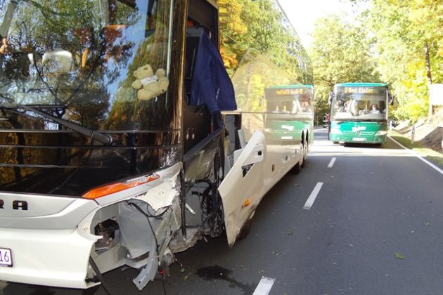 Reisebus kollidiert mit Opel auf B92 bei Oelsnitz