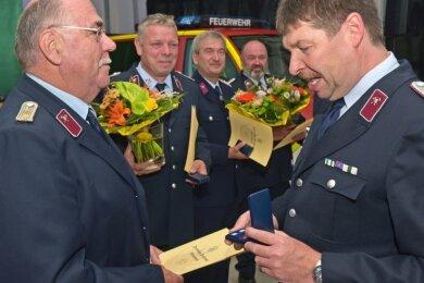 Wehrleiter Ralf Reinhardt (rechts) hat vier Kameraden für deren 40-jährige Mitgliedschaft ausgezeichnet (v. l.): Lothar Steinert, Jan Schild, Matthias Agsten und Udo Köllner.