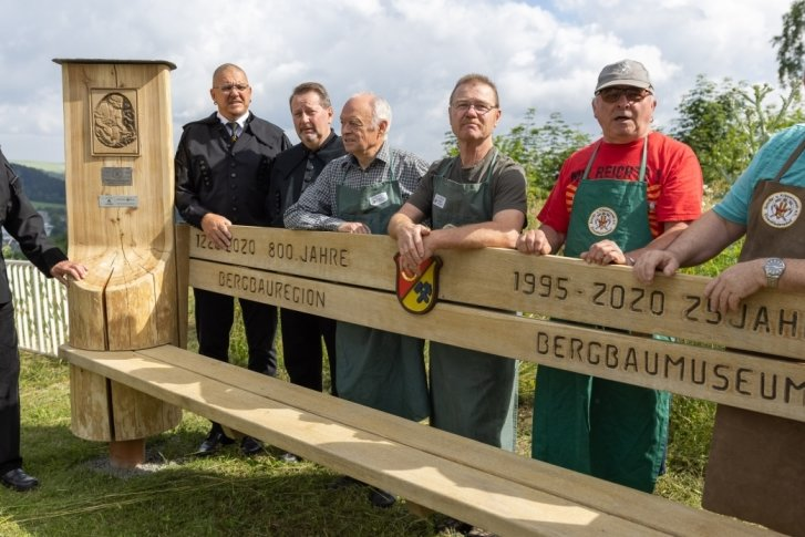 Schnitzer erinnern mit Riesen-Bank an Bergbaugeschichte