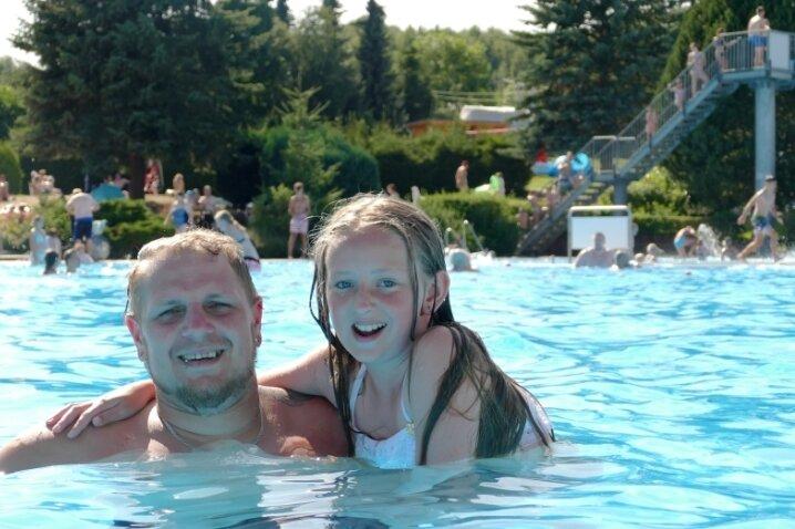 Thomas Haneck und Lya Alpha aus Zschopau kühlten sich am Samstag im Venusberger Becken ab.