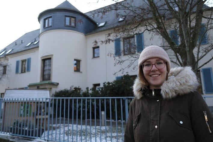 Alina Oltzscher vor dem Reichenbacher Kinderhaus, in dem sie tätig war.