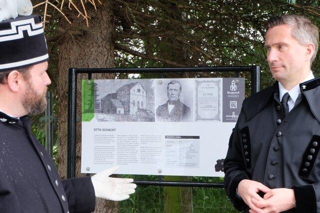 Heino Neuber, der zweite Vorsitzende des Sächsischen Landesverbandes derBergmanns-, Hütten- und Knappenvereine (links), mit Martin Dulig, dem Schirmherrn der Sächsischen Kohlenstraße, an der neu eingeweihten Infotafel zum Otto-Schacht.