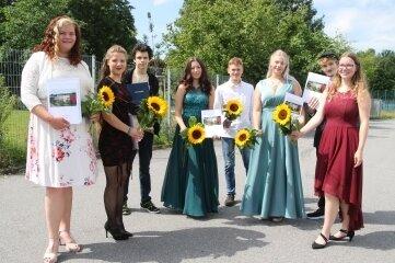 Hanna, Leonie, Niclas, Sarah, Gordon, Emma, Tom und Maike (von links) gehörten vergangene Woche zu den 79 Schülern, die ihr Abschlusszeugnis an der Oberschule in Flöha überreicht bekamen.