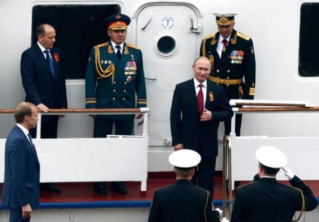 Russlands Präsident Wladimir Putin (Mitte) bei der Abnahme einer Militärparade in Simferopol auf der Krim.