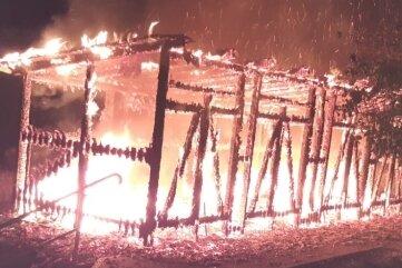 Die Hitze der Flammen bedrohte angrenzende Wohngebäude. Auch zwei Autos wurden beschädigt.
