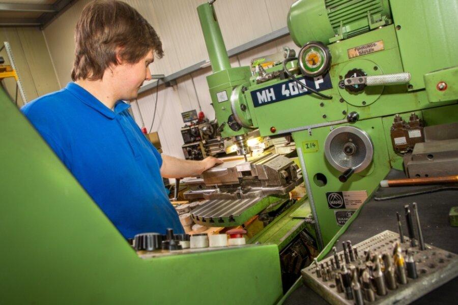 Oliver Humburg lernt in der Brand Werkzeug- und Maschinenbau GmbH in Oederan im 2. Ausbildungsjahr den Beruf des Zerspanungsmechanikers.