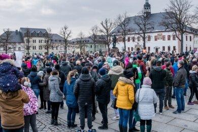 Nach einem Autokorso versammelten sich mehrere Hundert Menschen auf dem Markt in Marienberg.