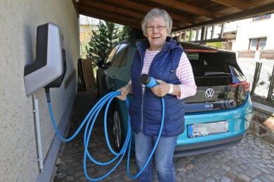 Angela Ahnert gehört zu den Glauchauern, die privat eine E-Ladestation haben.