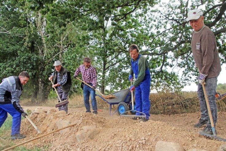 Mit vollem Einsatz wird der künftige Rundwanderweg in Naundorf hergerichtet. Am 12. September soll er eingeweiht werden.