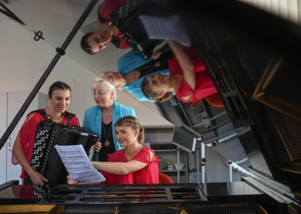Aylin Karatas (links) und Lea Baumert (rechts) beim Vorspiel in Chemnitz. Lehrerin Uta Sander ist auf ihre Schützlinge stolz.