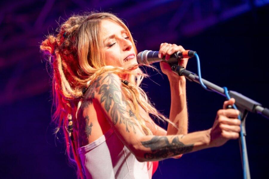 Sarah Lesch berührt mit ihren Liedern beim Malzhaus-Konzert