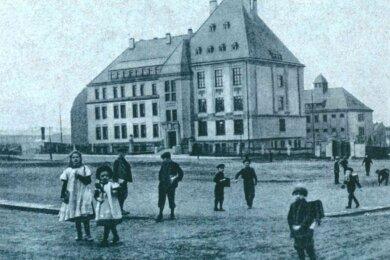 Als Amtsgericht mit angeschlossenem Gefängnis wurde die heutige Falkensteiner Berufsschule von 1908 bis 1910 errichtet. Kurz nach der Fertigstellung entstand dieses Foto.