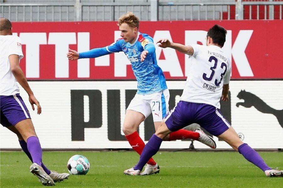 Die entscheidende Szene des Spiels: Aues Ognjen Gnjatic (rechts) foult Finn Porath im Strafraum. Den anschließenden Elfmeter verwandelte Alexander Mühling zum 1:0 für Kiel,