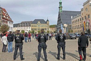 Auf dem Zwickauer Hauptmarkt hat am 1. Mai 16 Uhr eine Demonstration begonnen, die sich gegen Einschränkungen in der Coronakrise richtet.