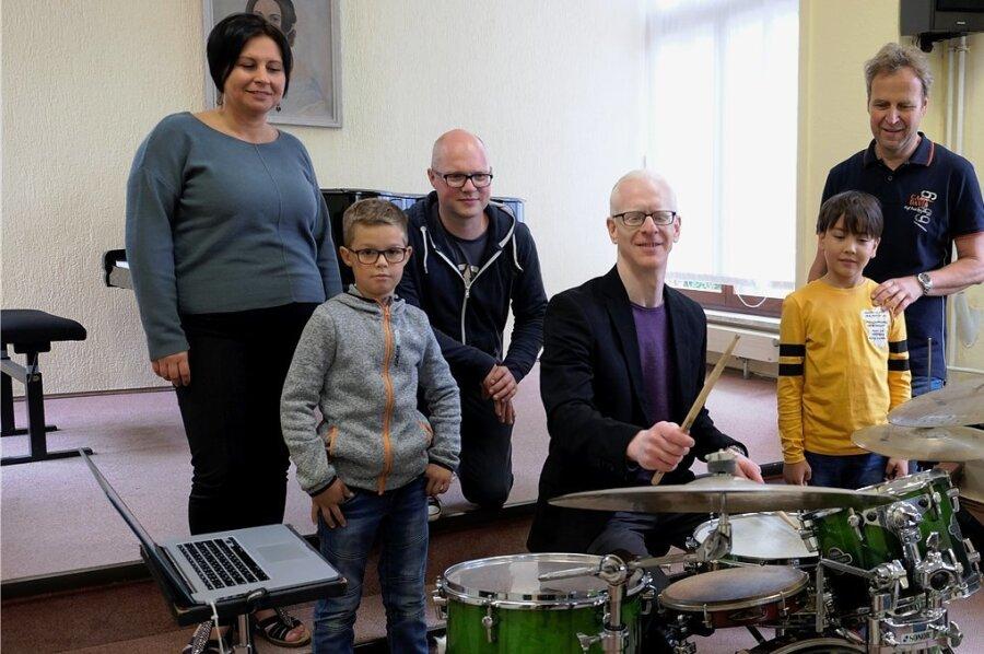 Auch das Ausprobieren eines Schlagzeugs gehörte zum Workshop in der Musikschule dazu.