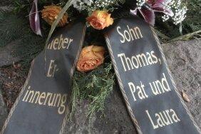 """<p class=""""artikelinhalt"""">Zurück in der Heimat: Die Urnen mit der Asche von Joachim und Nora Sohre wurden in dieser Woche auf dem Trinitatisfriedhof beigesetzt. Das Blumengebinde stammt von ihrem Sohn Thomas und seiner Familie. </p>"""