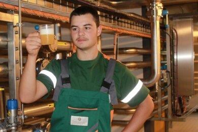 Quinten Oertel, der bei der Sternquell-Brauerei gerade seine Ausbildung zum Brauer und Mälzer begonnen hat, entnimmt vor der Filtration eine Bierprobe, um die Qualität zu überprüfen.