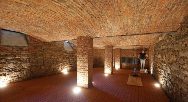 """Hier gibt es keine verputzten Wände: Der Keller des ehemaligen """"goldnen Löwen"""" wird dominiert von Naturstein. Getreu dem Motto des ehemaligen Gasthauses soll der Raum nicht als Lagerfläche sondern der Geselligkeit dienen."""