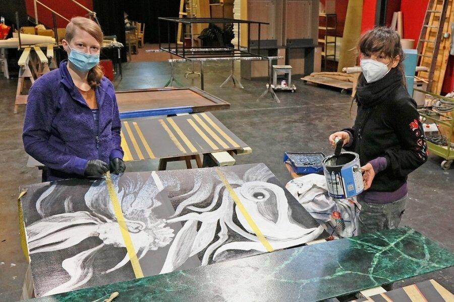 Die Theatermalerinnen Marieke Eidam (l.) und Katharina Gießler beim Arbeiten im Malsaal.
