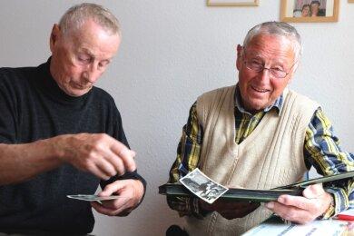 Peter und Hans Gebauer (von links) fühlen sich durch die aktuellen Schulschließungen an ihre eigene Kindheit erinnert. Zwischen 1945 und 1950 wurden die Brüder daheim von ihrem Vater unterrichtet.