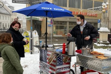 Bernis Reichenbacher Grill - dahinter steht Bernhard Brenk, davor sieht man seit Montag oft Kunden mit Appetit auf Hotdog und Co.