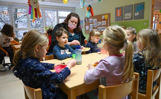 """Erzieherin Regina Gaus bereitet den Kindern der Vorschulgruppe ein Obstfrühstück zu. In der Einrichtung """"Glückskäfer"""" herrschte am Montag wieder mehr Trubel als zuletzt: Alle Kinder durften wieder in die Betreuung."""