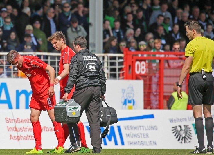 Blutige Angelegenheit: Jonas Nietfeld (links neben Ronny König) verletzte sich bei einem Kopfballduell. Während der Stürmer behandelt wurde, fiel das 0:1.