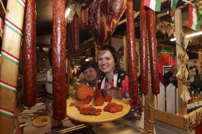 Typisch für den Europäischen Bauernmarkt: Schinken und Salami. Anbieter aus 14 Ländern werden aber noch mehr Leckereien anbieten.
