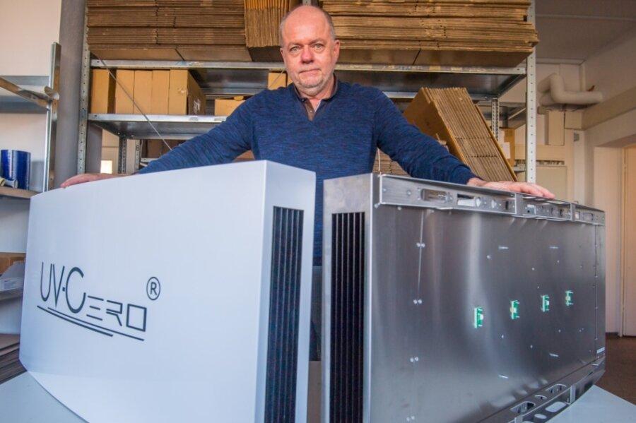 Die Firma Re-Tec-Com aus Neukirchen will sich eine von ihr entwickelte UV-Bestrahlungsanlage patentieren lassen. Geschäftsführer Manfred Hainzinger präsentiert eine solche mit und eine ohne Gehäuse.