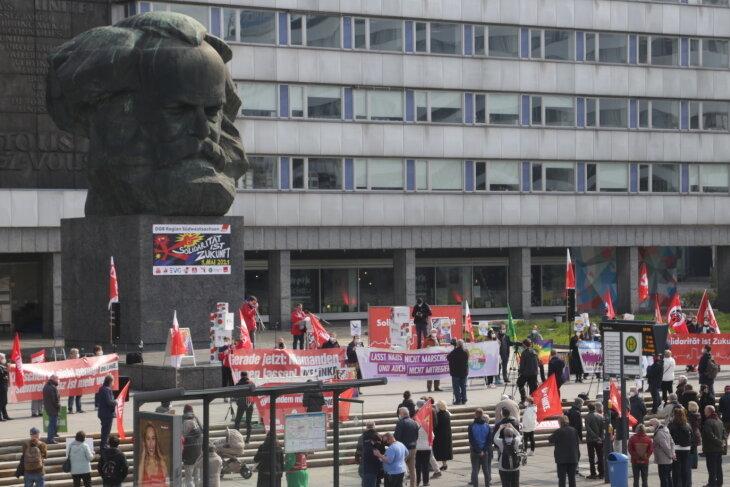 Bei einer Demonstration vor dem Chemnitzer Nischel haben bei einer Kundgebung etwa 150 Menschen mehr gesellschaftliche Gerechtigkeit gefordert.