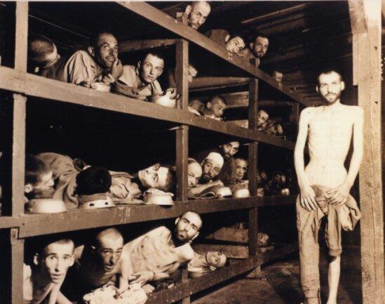 Überlebende des Konzentrationslagers Buchenwald in einer Baracke nach der Befreiung durch US-Truppen.