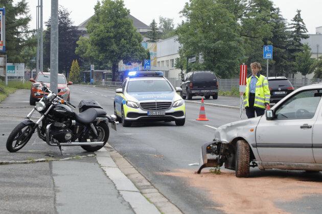 Ein VW stieß am Mittwochabend in Chemnitz mit einem Motorrad zusammen.