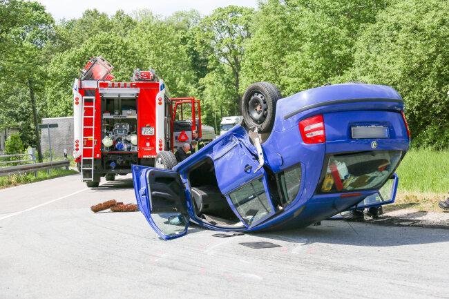 Bei einem Unfall auf der B 95 sind drei Personen verletzt worden.