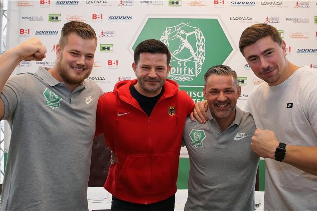 David Storl, Unterstützer und Teammitbegründer Sven Küßig, Trainer Wilko Schaa und Dennis Lewke (von rechts) bei der Präsentation des Kugelstoßteams, welches sich auf die Fahnen geschrieben hat, bei den Olympischen Spielen 2020 in Tokio mit zwei Athleten vertreten zu sein.