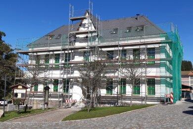 Bild von den jüngsten Fassadenarbeiten am Haus des Gastes in Breitenbrunn. Das 1880 als Zentralschule eingeweihte, später erweiterte Gebäude dient seit 1993 nach einer ersten umfassenden Sanierung als Haus des Gastes - mit Tourist-Info, Bücherei, Vereinsräumen, Saal und Gaststätte.