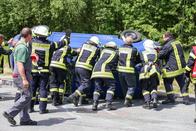 Die Kameraden der Feuerwehr unterstützten den Abschleppdienst bei der Bergung des verunfallten Skoda.
