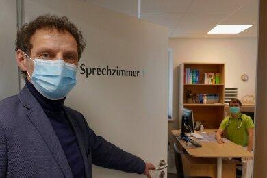 Jens Haustein auf Stippvisite beim neuen Venusberger Hausarzt Markus Fuchs. Dessen Praxis, die sich im sanierten ehemaligen Gemeindeamt von Venusberg befindet, sieht der Drebacher Bürgermeister als einen wichtigen Teil der gesunden Infrastruktur im Ort.