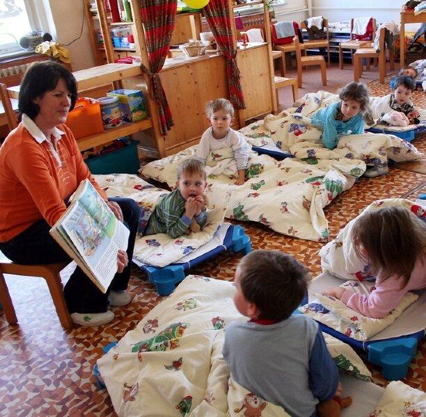 """Viele gespannte Zuhörer: In der Kindertagesstätte """"Villa Kunterbunt"""" in Gelenau liest Erzieherin Karla Domagala ihren Schützlingen - der Gruppe der Drei- und Vierjährigen, eine Einschlafgeschichte vor."""